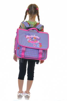 Ecolère avec un sac à dos.